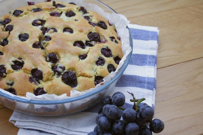 Pillekönnyű szőlős piskóta: így nem süllyed le a gyümölcs a tészta aljába