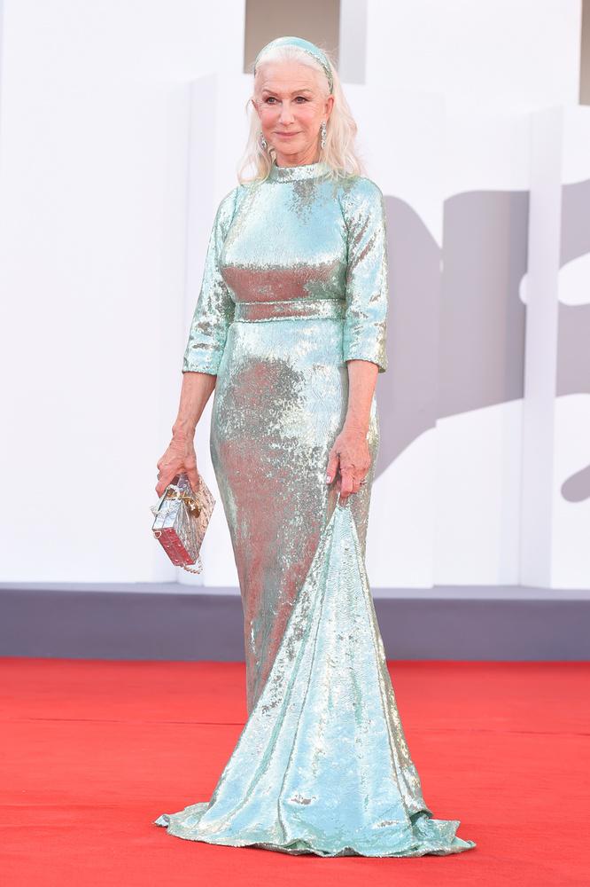 Helen Mirren a Dolce & Gabbana különleges haute couture bemutatója után sem hagyta el Velencét, sőt, ha már itt van, benézett a Velencei Nemzetközi Filmfesztiválra, Pedro Almodóvar új filmjének díszbemutatójára