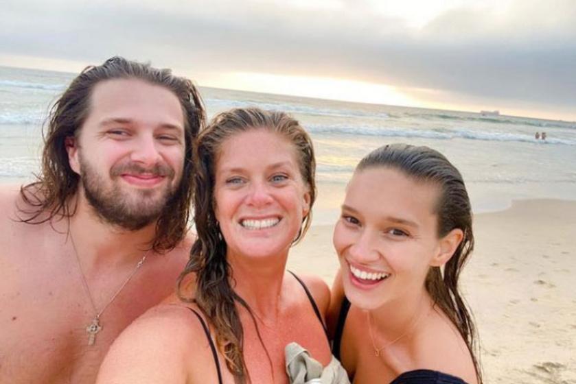 Renee édesanyjával és öccsével, Liammel.