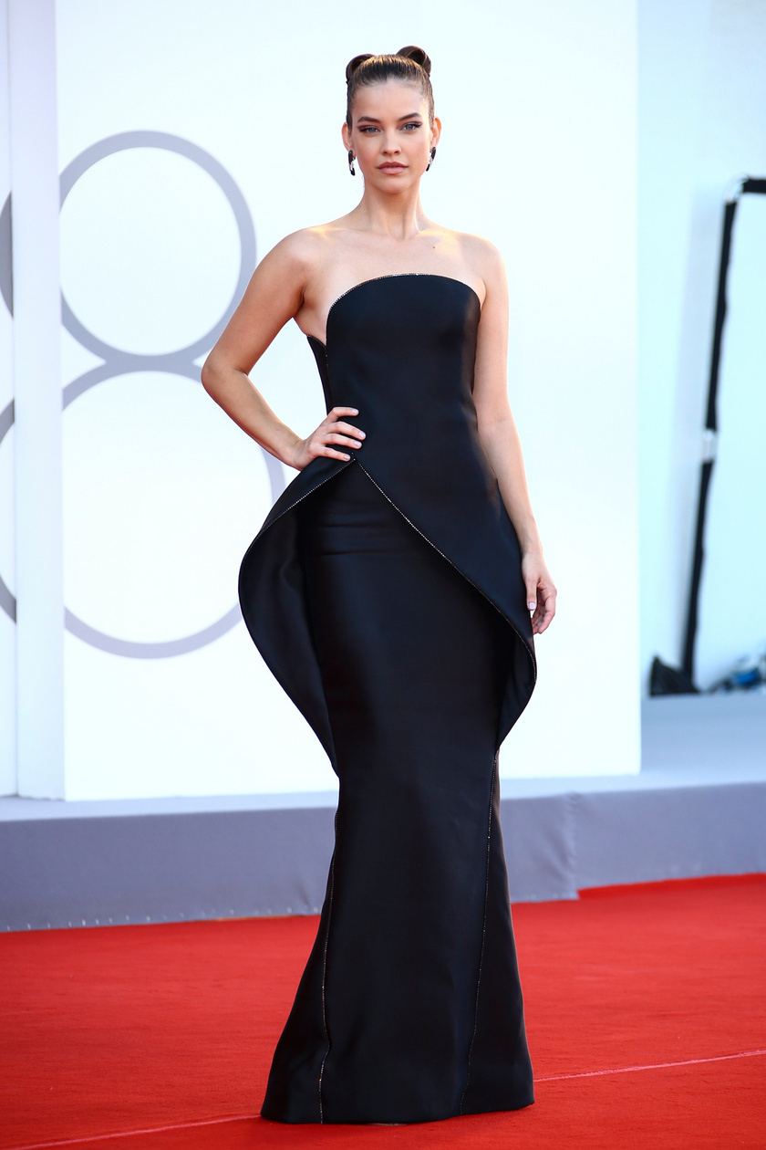 Palvin Barbi egy ébenfekete, földig érő Armani Privé kreációt viselt a 78. Velencei Nemzetközi Filmfesztivál nyitóünnepségén.