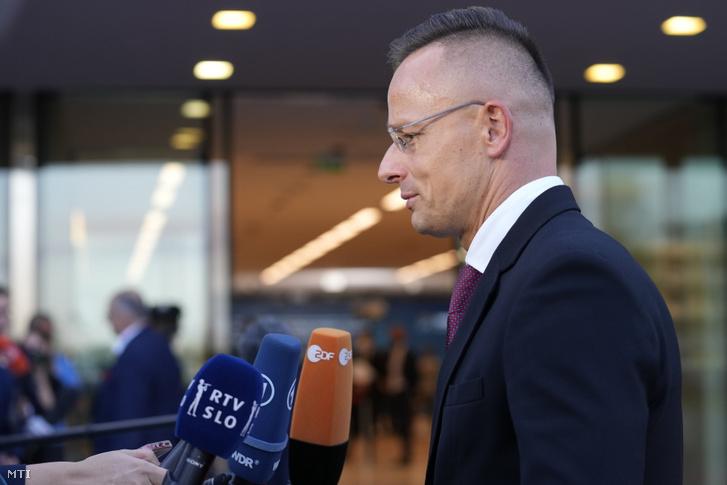 Szijjártó Péter külgazdasági és külügyminiszter nyilatkozik, amint az Európai Unió külügyminisztereinek nem hivatalos találkozójára érkezik a szlovéniai Brdo pri Kranjuban 2021. szeptember 2-án.