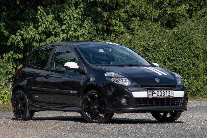 Érdekes, hogy egyelőre ez az utolsó kis háromajtós Renault, a Clio IV már csak ötajtósként érkezett, ahogy a legutóbbi Twingo is