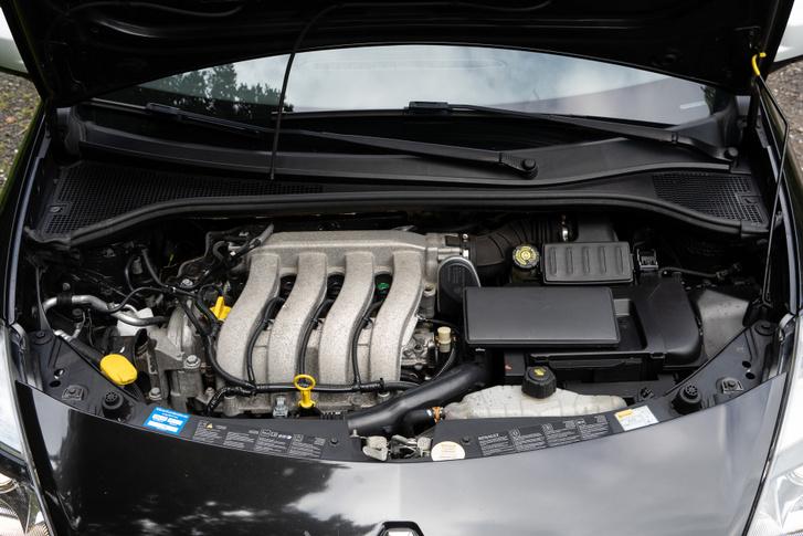 A Renault K szériás motorja jó hírű, csak a benzinre és a gyújtógyertya minőségére kényes