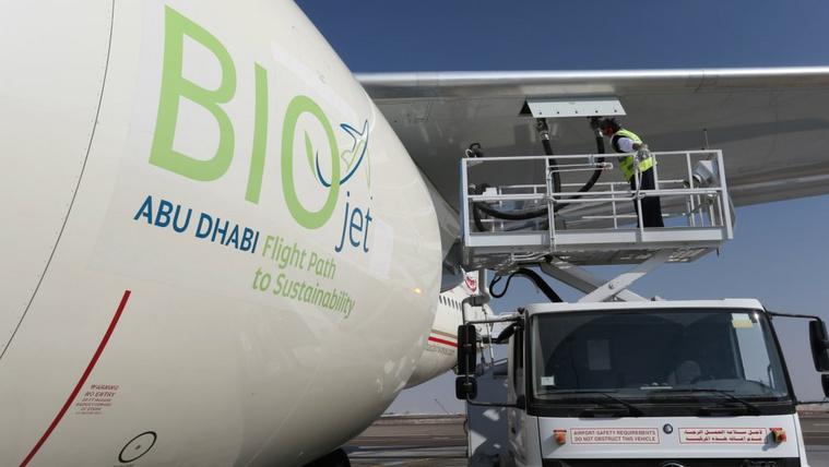 A bioüzemanyag (műanyag)hulladékból, bármilyen biomasszából, emberi fogyasztásra alkalmatlan takarmánynövényből is készülhet, utóbbi etikai megítélése az élelmezési válságok miatt kérdéses, ezért a légitársaságok kerülik. Kép: CNN
