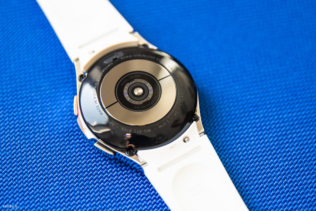 A Watch 4 hátulján integrált szenzorcsomag figyeli a felhasználókat. A tokozás nem túl nehéz, kényelmesen ül a csuklón az óra. A gyári szíjak 20 milliméteres csatlakozókat használnak, cserélhetők