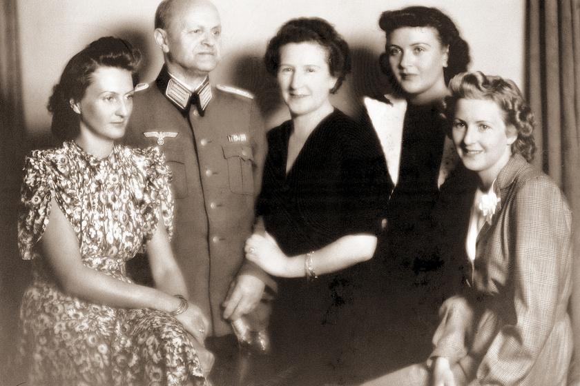 A Braun család. A jobb szélen Eva, mögötte pedig Gretl látható. Balra Ilse, hátul pedig a szülők szerepelnek.