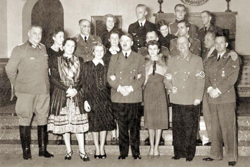 Hitler és körének újévi mulatsága: a náci vezetőtől balra Eva, jobbra Gretl látható.
