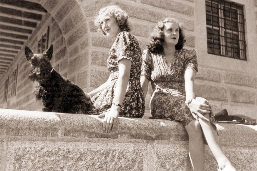 Eva és Gretl a Sasfészekben, a Negus nevű kutya társaságában 1943-ban.