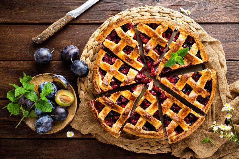 Omlós fahéjas, szilvás pite rácsozva: sok gyümölccsel az igazi