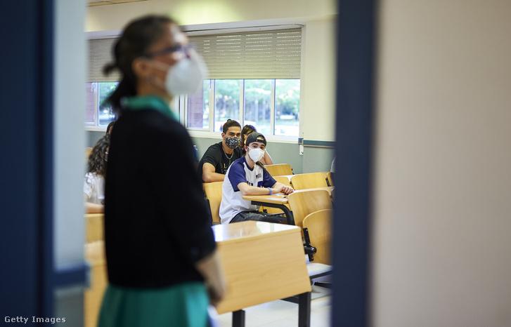 Diákok egy madridi iskolában 2020. július 6-án
