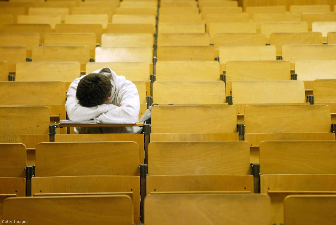 Egy diák elaludt egy előadóteremben 2003. január 13-án Berlinben