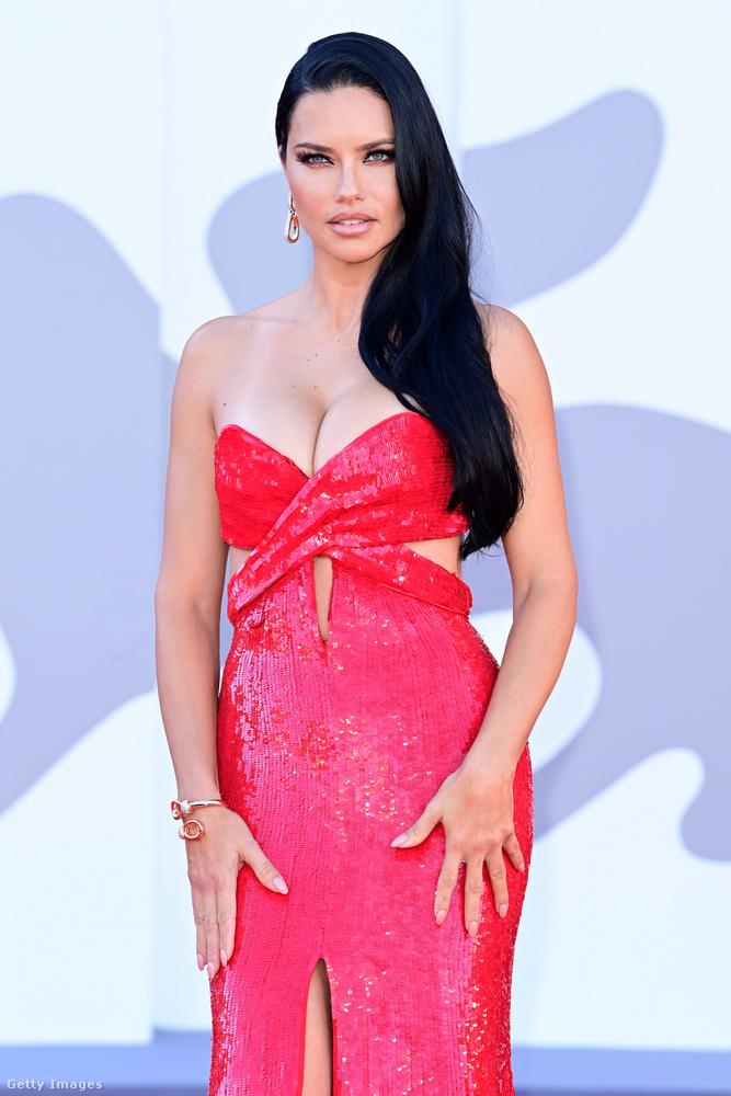 A brazil szupermodell, a 40 éves Adriana Lima ruháját Jessica Rabbit is megirigyelte volna