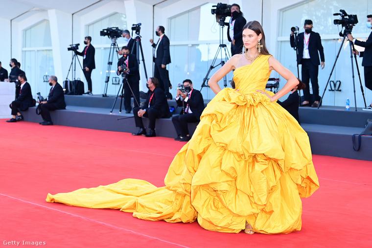 Az olasz modell, Bianca Balti egy sárga Dolce & Gabbana estélyit választott