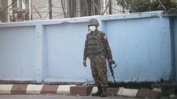 Csaknem két tucat mianmari katonát öltek meg a lázadók a kínai határnál