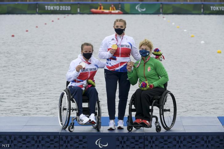 Az érmet szerzett versenyzők, jobb szélen Varga Katalin