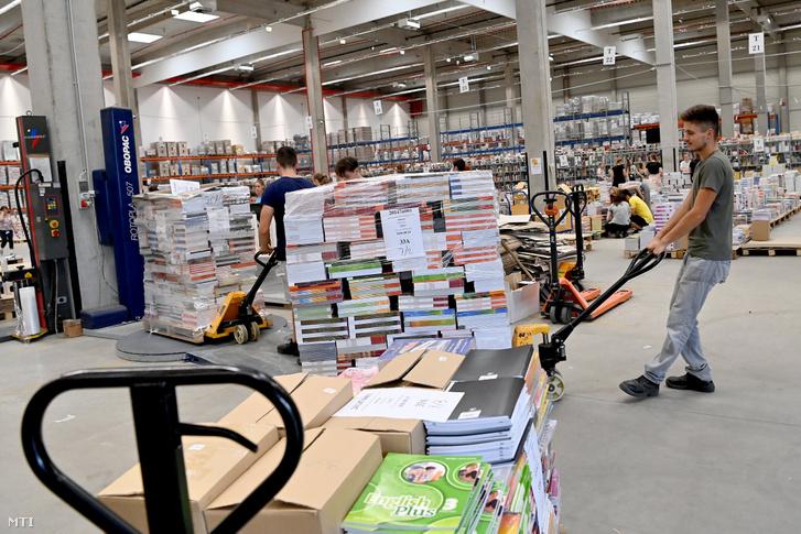 Diákmunkások tankönyveket készítenek elő szállításra Üllőn, a KELLO Könyvtárellátó Nonprofit Kft. központi raktárában 2020. augusztus 3-án