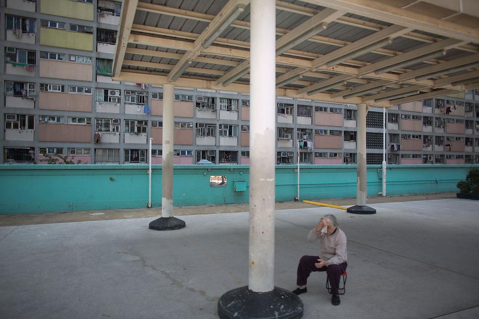 Egy idős férfi, egyike Hongkong 7,1 millió lakosának. A kínai  népességszabályozás levitatottabb módja az egykepolitika. Az eredetileg egy generációra tervezett, de már harmincnégy éve fennmaradt szabály ugyan segített az eredeti cél elérésében, de közben nagyon komoly társadalmi és gazdasági problémákat hozott létre.