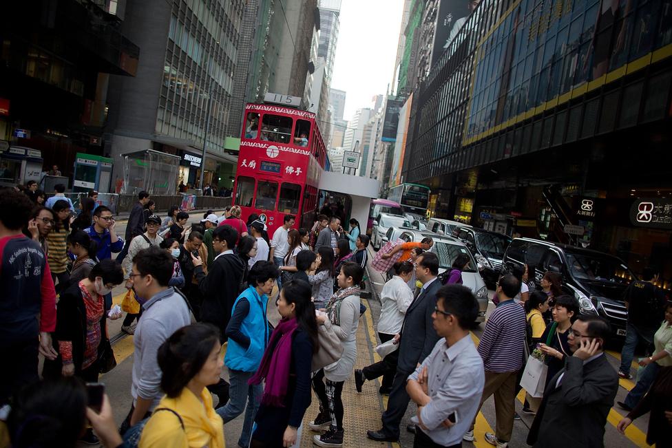 Zsúfolt utca Hongkongban. Az elmúlt három évtizedben a gyors urbanizáció jegyében a kínai nagyvárosok népessége közel félmilliárddal nőtt. Az urbanizáció egyre komolyabb társadalmi problémát jelent, de a gazdasági fejlődés legfőbb mozgatórugója is egyben.