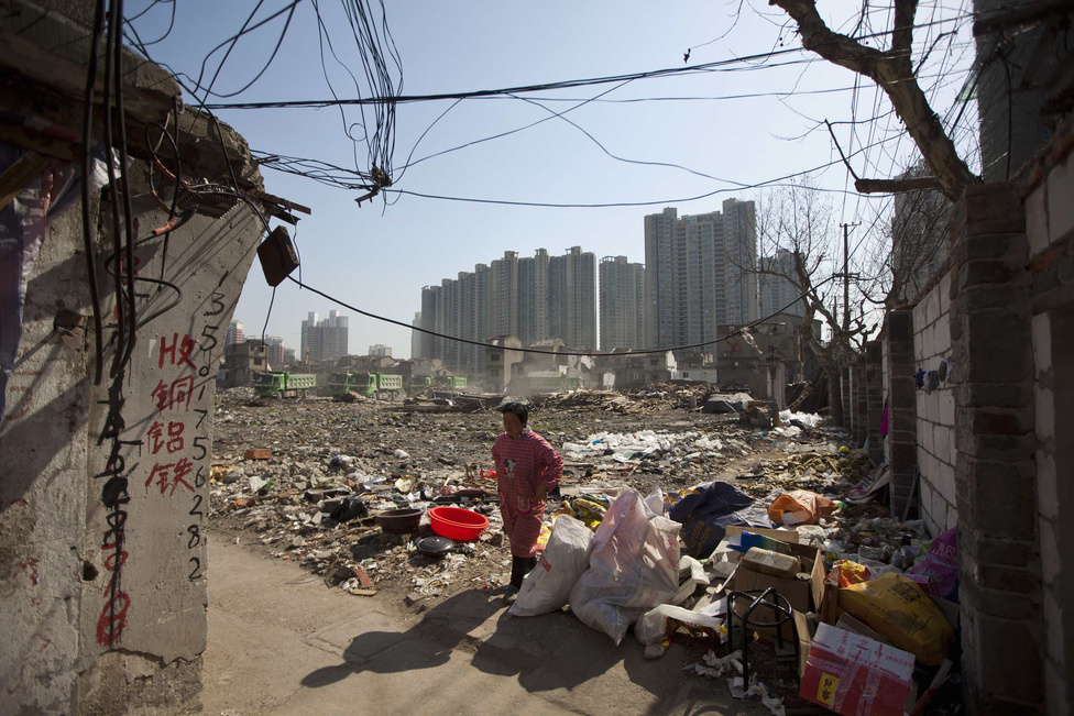 Shanghai egyik bontás alatt álló külvárosi negyede, ahol nemsokára felhőkarcolók épülnek.