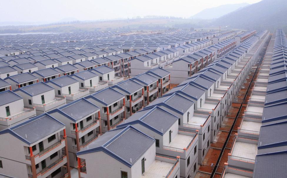 Frissen épült házak Dadunban. Szellemváros, ahogy több hasonló beruházás is Kína belső területein. A kormányzati lakásépítési törekvések gyakran helyi ingatlanspekulációk és a kiszámíthatatlan népességvándorlás miatt hiúsulnak meg.