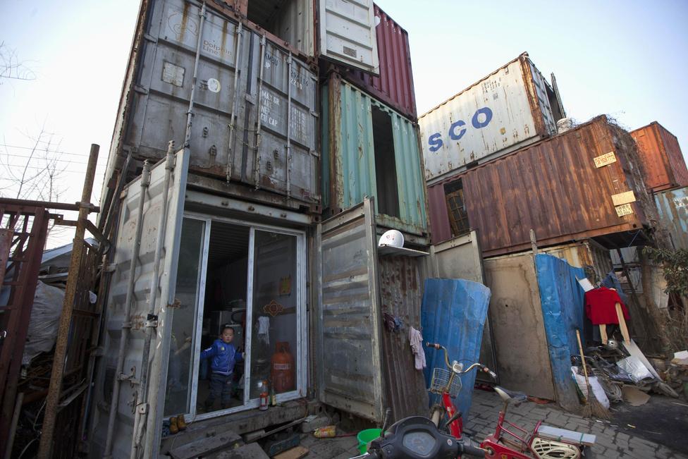 Konténerházak Shanghai szegénynegyedében. Egy komfort nélküli konténer havi bérleti díja nyolcvan dollár. A kínai kormány azt reméli, hogy 2020-ra már az 1,3 milliárdos népesség 60 százaléka a városokban lakik majd, ehhez pedig házakat, utakat kell építeni.