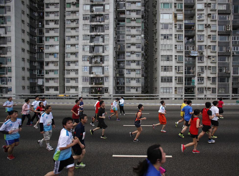 Hongkongi maraton. A népességnövekedés szabályzására mérsékelt eredményeket hozó megoldások után 1979-től alkalmazták a sokak szemében meglehetősen drasztikus lépésnek tekintett egygyermek-szabályt.