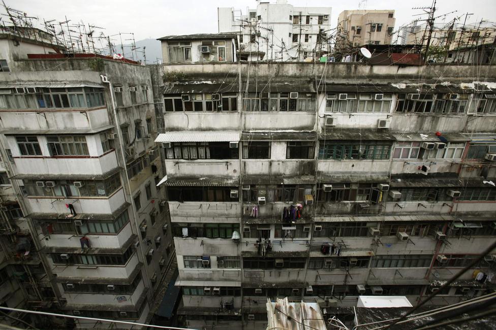 Az elöregedő ingatlanok nehezen tartanak lépést a rohamosan növekvő népességgel, ennek ellenére még Hongkong legzsúfoltabb negyedeiben is sorban állnak az emberek a lakásokért - legyenek bármilyen állapotban.