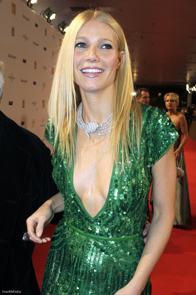 A szőke színésznő a tavalyi Bambi gálán viselte a mélyen kivágott  Elie Saab ruhát.