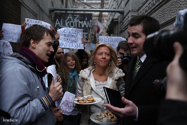 Selmeczi egy tányérról vaníliás karikát és nápolyit próbált kínálni a tüntetőknek.