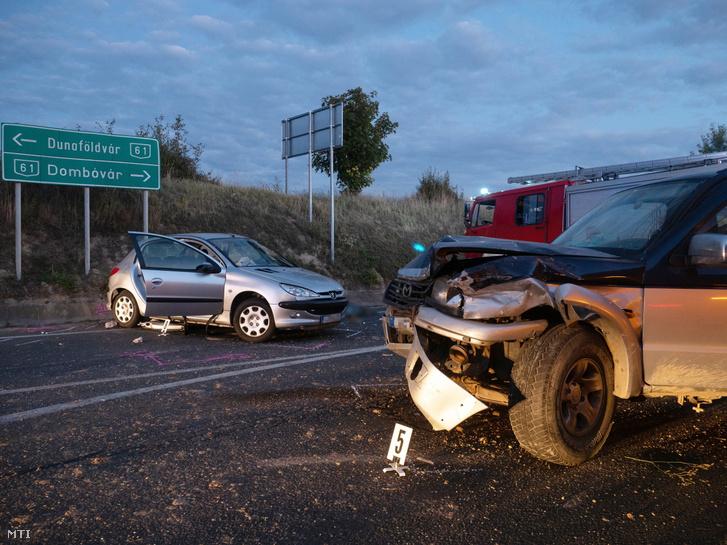 Összetört autók, miután összeütköztek a Tolna megyei Nagykónyinál, a 61-es főút és a 651-es út kereszteződésében 2021. szeptember 4-én