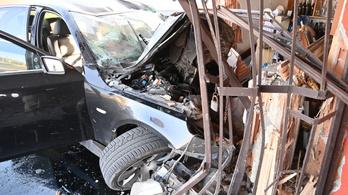 Épületnek csapódott egy autós Dunavarsánynál