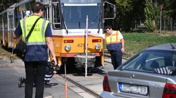 Autó és villamos ütközött Kőbányán, életveszélyben a sofőr