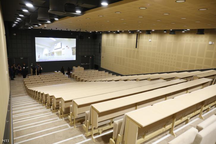 Előadóterem a Pécsi Tudományegyetem Általános Orvostudományi Karának (PTE-ÁOK) 12 ezer négyzetméteres új oktatási és kutatási épületében az avatás napján, 2021. szeptember 5-én