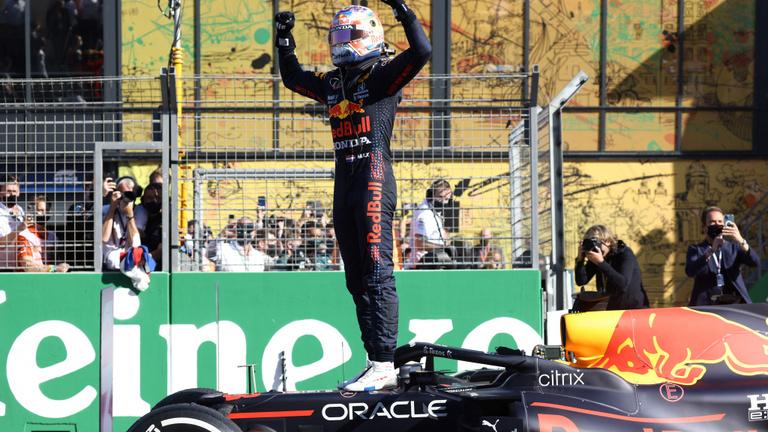 Verstappen hazai közönség előtt rajt-cél győzelmet aratott