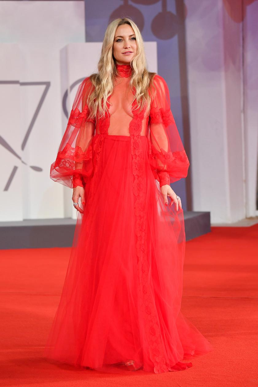 Kate Hudson egy Valentino estélyiben vonult vasárnap este a vörös szőnyegen.