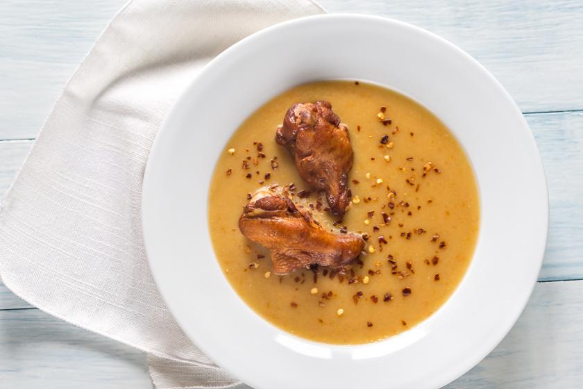 Fűszeres húsleves sült csirkeszárnnyal megkoronázva: tartalmas főétel is egyben