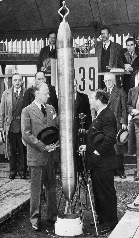 A Világkiállítás elnöke, Grover Whalen és a Westinghouse Electric elnöke nézi az időkapszulát