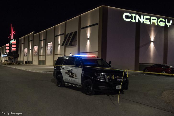 Rendőrségi autók és szalag zárják el a helyszínt, ahol egy fegyveres lövöldözött egy moziban a texasi Odessában 2019. augusztus 31-én