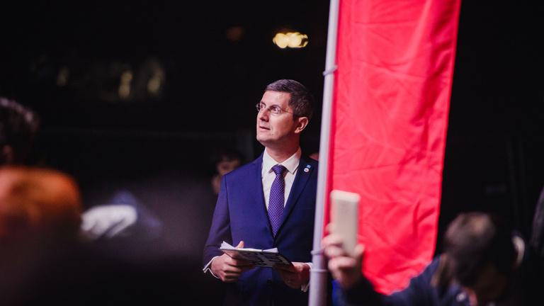 Tovább mélyül a kormányválság Romániában: bejelentették lemondásukat az USR-PLUS miniszterei