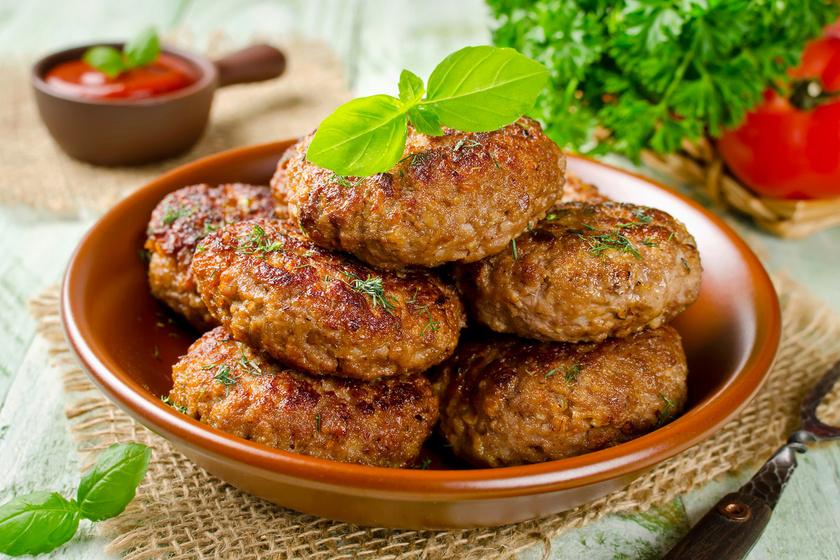 A fasírtot képtelenség megunni. Már csak azért is, mivel rengeteg módon variálható. Érdemes is kísérletezni is vele, hisz változtathatsz a fűszerezésen, készítheted soványabb vagy zsírosabb húsból, és töltheted, zöldséggel is megbolondíthatod. Sőt, zabpehellyel kalóriaszegényebbé teheted.