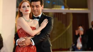 Oscar Isaac nyilvánosan simogatta a kolléganőjét, hőbörög az internet