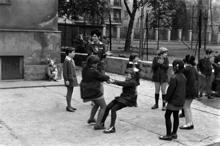 1970-ben készítették a képet a Városligeti fasor alatt található Egésznapos Általános Iskola udvarán, amit ma már Derkovits Gyula Általános Iskolának hívnak. A tanórákon kívül készségfejlesztő programokat, játékokat űzhettek a diákok, akik a jellegzetes kék iskolauniformisaikat viselték közben.