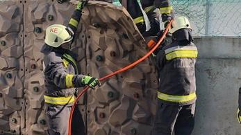 Beszorult az iskolai mászófal mögé egy gyerek, tűzoltóknak kellett kimenteni