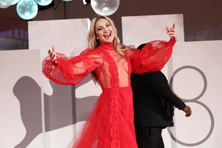 A premierre Kate Hudson egy tűzpiros estélyit választott, amit Pierpaolo Piccioli, a Valentino divatház tervezője álmodott meg