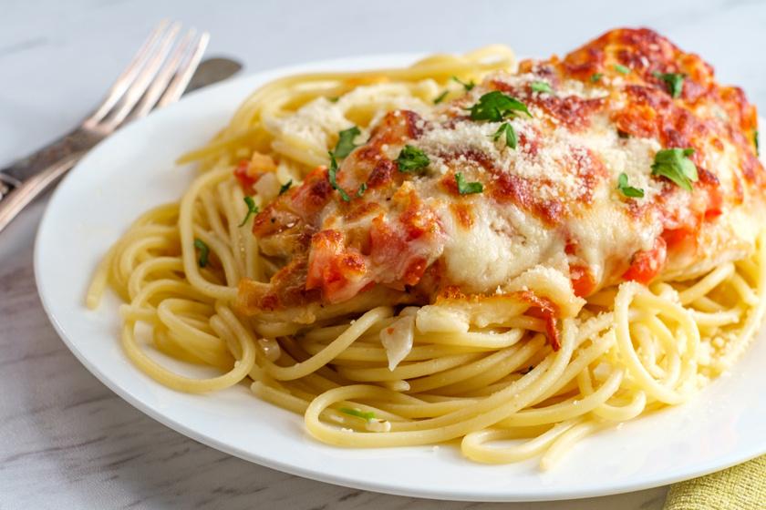 Olaszos csirkebruschetta: összesütve, sok sajttal és friss fűszerekkel fenséges ebéd