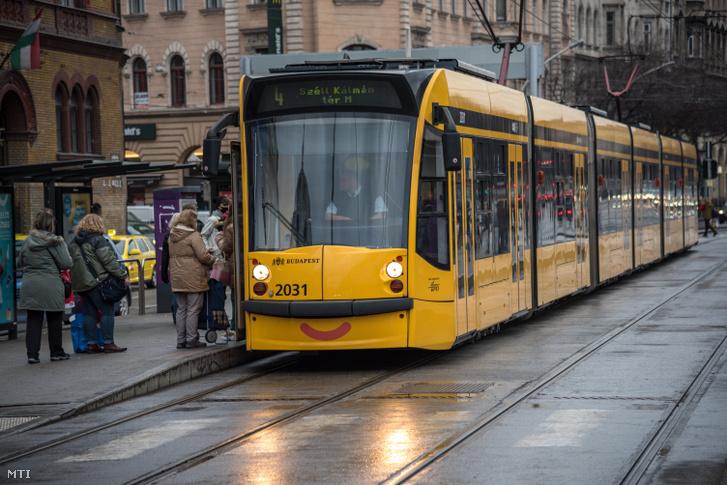 A Budapesti Közlekedési Központ (BKK) 4-es vonalán közlekedő villamos és várakozó utasok a Blaha Lujza téren 2021. január 23-án