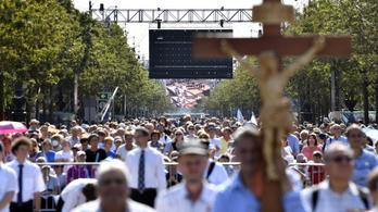 Ellepik a várost a zarándokok, idegen nyelvű misékkel folytatódik a NEK