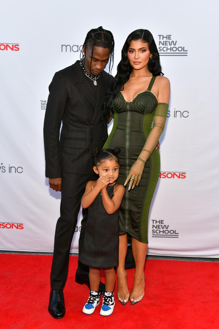 Kylie Jenner kislányával és Travis Scott-tal 2021 júniusában.