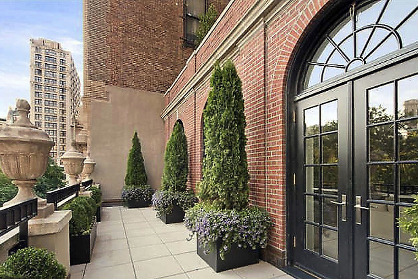 A lakás Manhattanben helyezkedik el, és a panoráma is kellemes: éppen rálátni a Central Parkra. Gyönyörű franciaajtajai és franciaablakai, valamint a régi építésnek köszönhető díszes építészeti elemek romantikával fűszerezik azt.