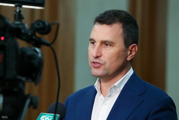 Tánczos Barna, a Romániai Magyar Demokrata Szövetség (RMDSZ) szenátora nyilatkozik a sajtónak a párt újonnan megválasztott képviselői és szenátorai részvételével megtartott első közös frakcióülés után Bukarestben, a román parlament épületében 2020 december 21-én